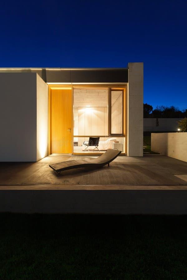 Casa moderna hermosa en el cemento foto de archivo