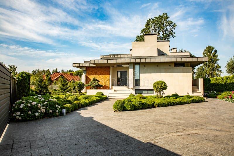 Casa moderna hermosa en el cemento, visión desde el jardín fotos de archivo