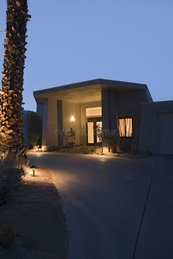 Casa moderna iluminada na noite imagem de stock