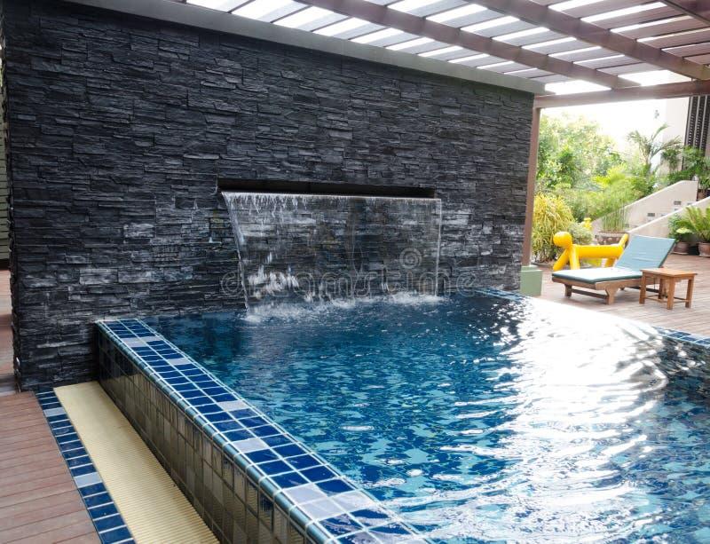 casa con la piscina y el patio trasero fotos de archivo