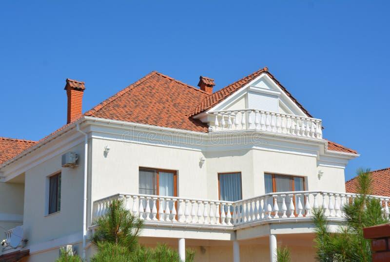 Casa moderna luxuosa com balcão do sótão e telhado de telhas da argila fotos de stock royalty free