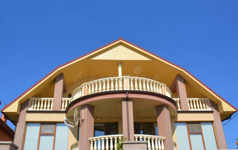 Casa moderna luxuosa com opinião bonita do balcão do sótão na praia do mar fotografia de stock royalty free