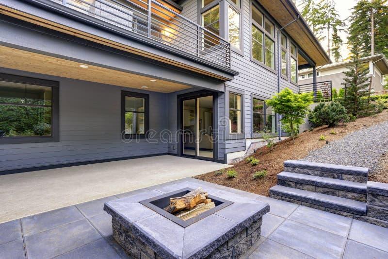A casa moderna nova caracteriza um quintal com pátio fotos de stock