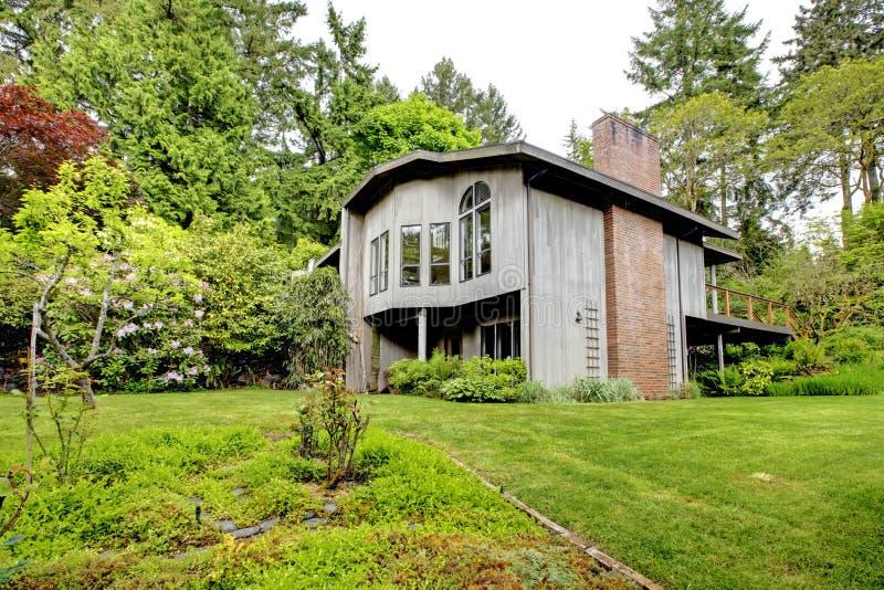Casa moderna Opinión del patio trasero fotografía de archivo libre de regalías