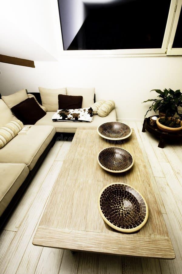 Casa moderna, sala de estar con los muebles modernos foto de archivo