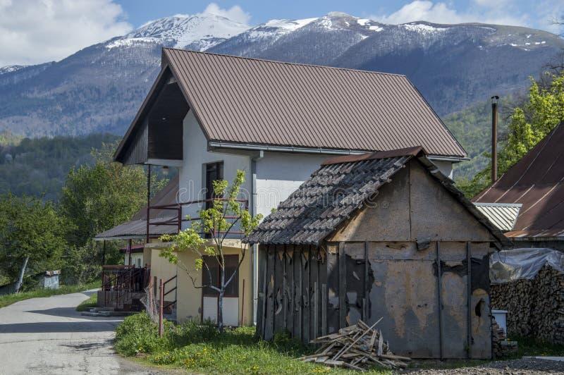 Casa, montañas imagenes de archivo