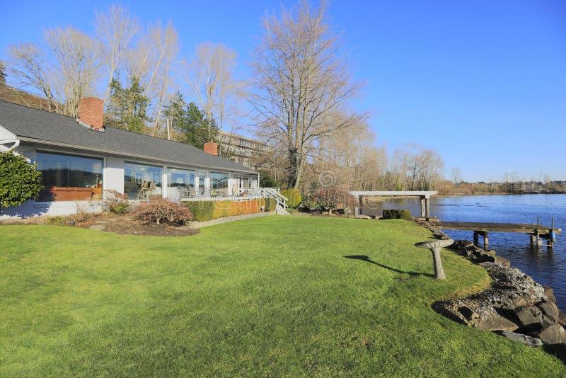 Casa morna e brilhante da margem com grande plataforma imagens de stock royalty free