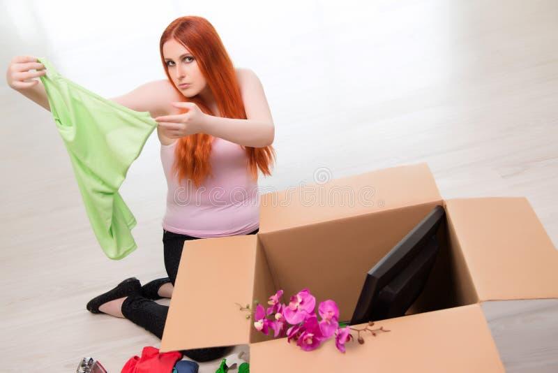 A casa movente da jovem mulher no conceito do estilo de vida foto de stock