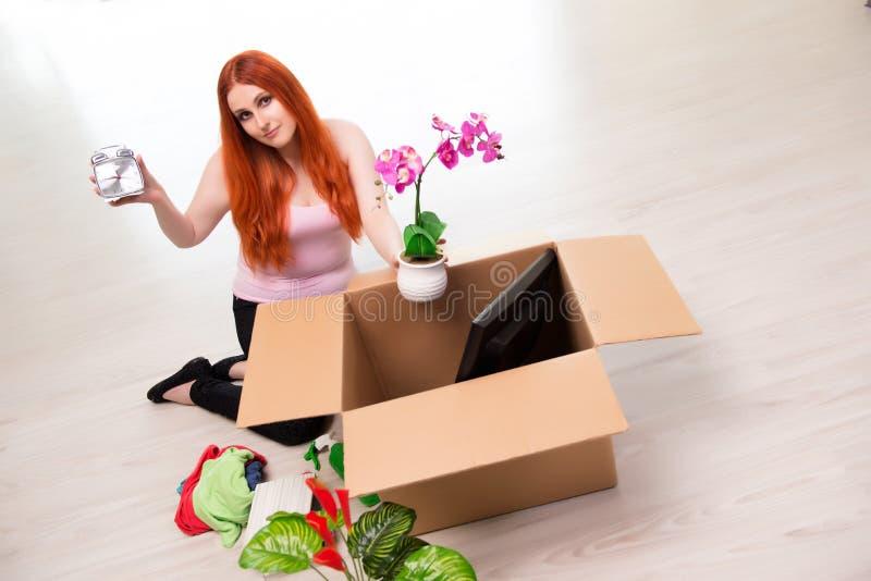 A casa movente da jovem mulher no conceito do estilo de vida imagens de stock royalty free