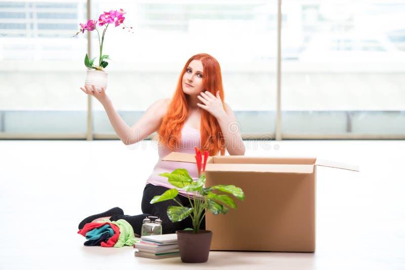 A casa movente da jovem mulher no conceito do estilo de vida fotos de stock royalty free