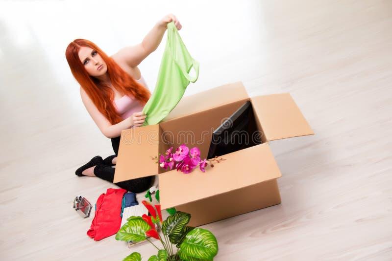 A casa movente da jovem mulher no conceito do estilo de vida fotografia de stock