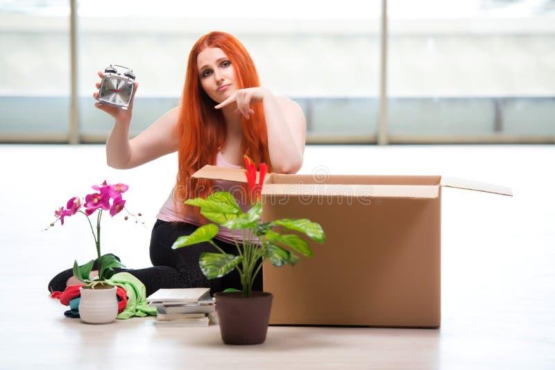 A casa movente da jovem mulher no conceito do estilo de vida imagem de stock