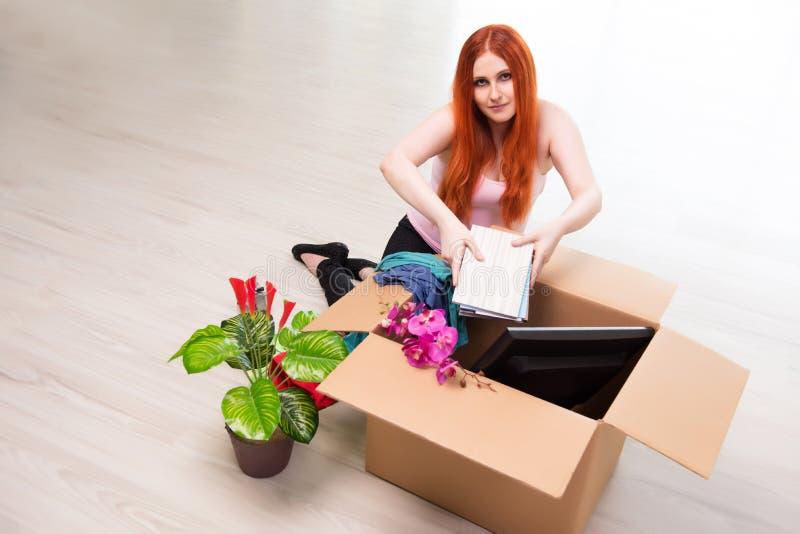 A casa movente da jovem mulher no conceito do estilo de vida imagem de stock royalty free