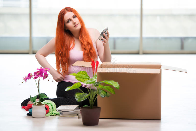 A casa movente da jovem mulher no conceito do estilo de vida fotografia de stock royalty free