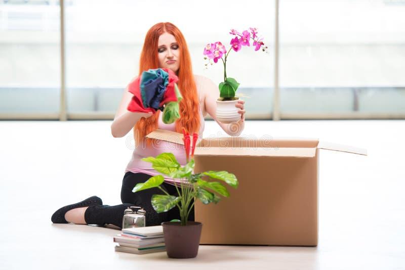 A casa movente da jovem mulher no conceito do estilo de vida foto de stock royalty free