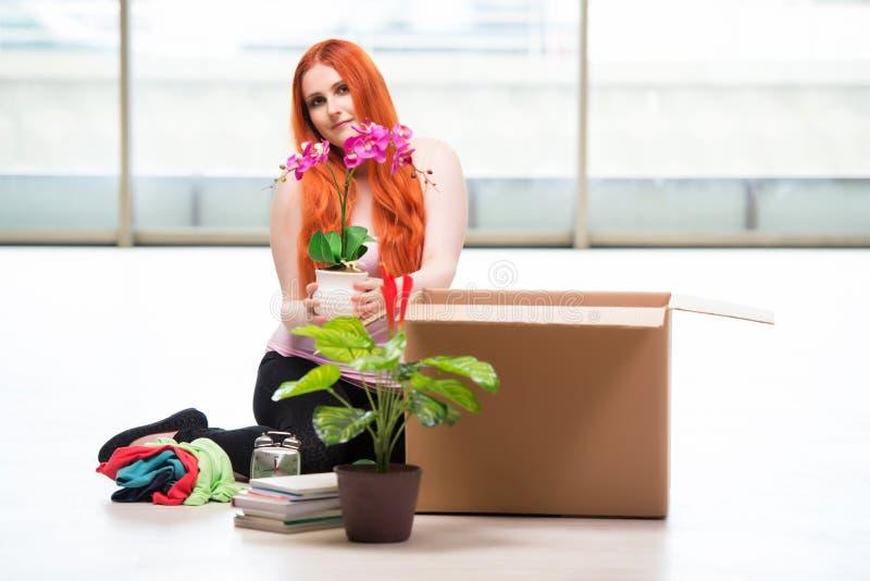 A casa movente da jovem mulher no conceito do estilo de vida imagens de stock