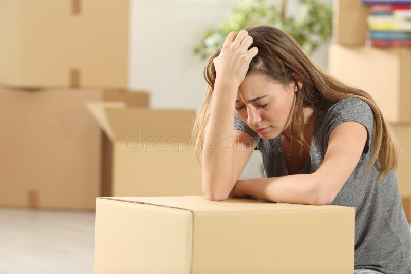 Casa movente do proprietário triste após a exclusão fotografia de stock
