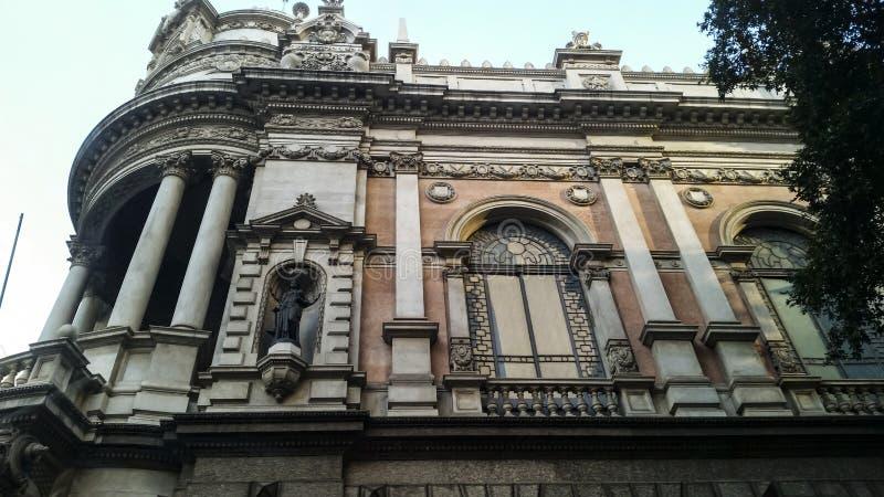 Casa muito velha, estilo europeu, com grandes janelas fotos de stock