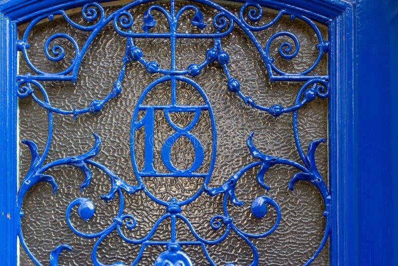 Casa número 18 con los dieciocho como hierro labrado imagen de archivo libre de regalías