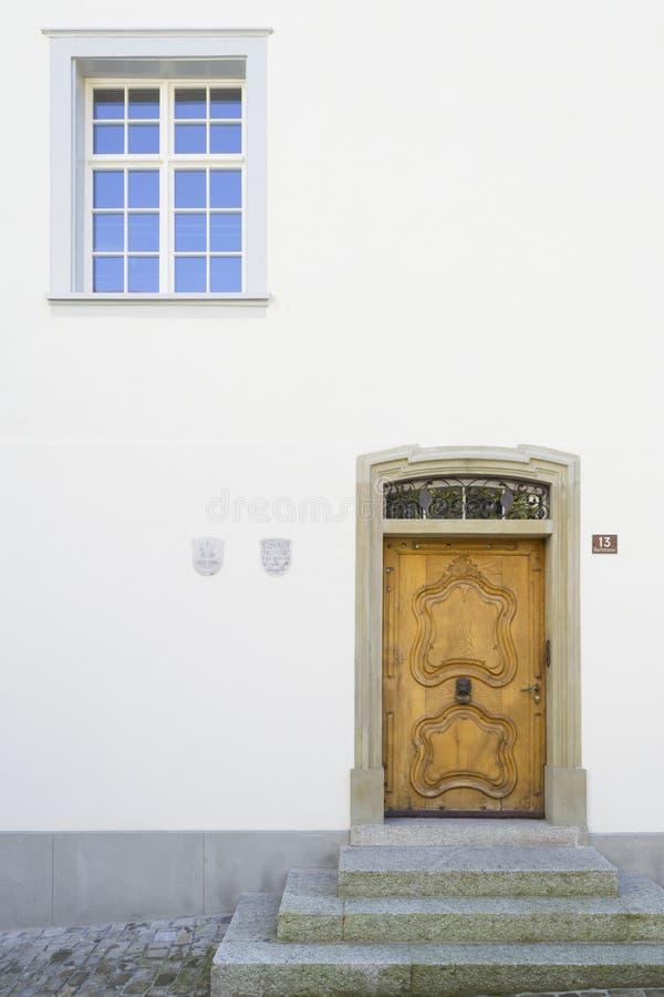 Casa número 13 Porta cinzelada de madeira foto de stock royalty free
