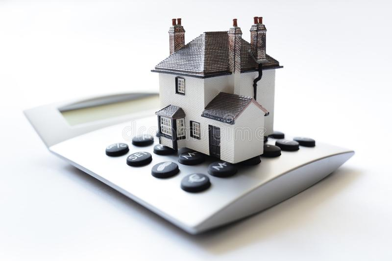 Casa na calculadora do empréstimo hipotecário da calculadora fotografia de stock royalty free