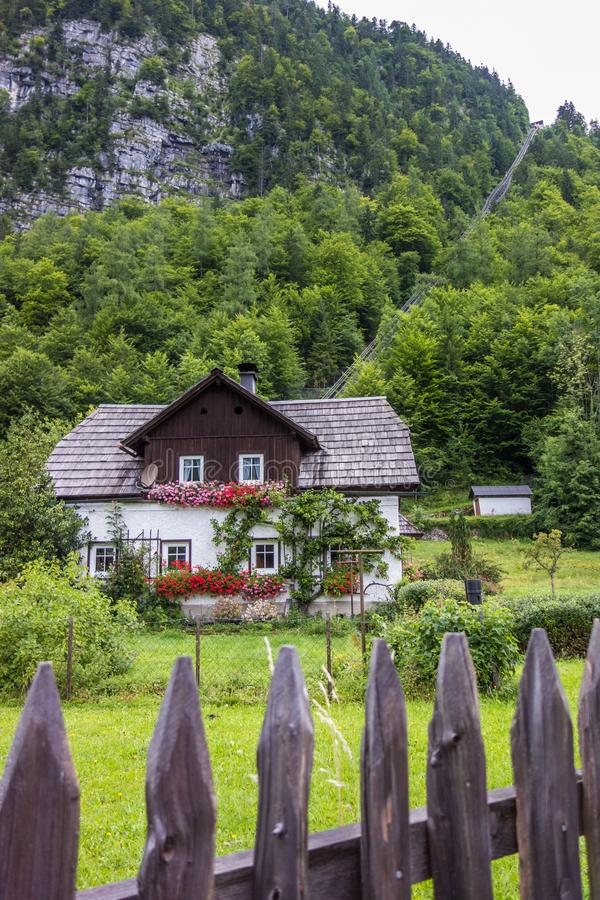 Casa na cidade Hallstatt Arquitetura austríaca tradicional Atrás da casa é um teleférico imagem de stock