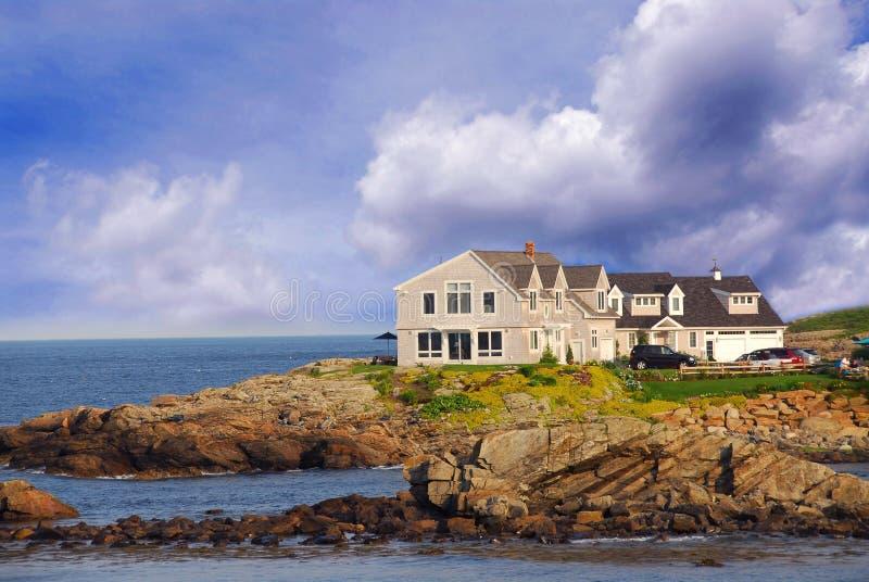 Casa na costa do oceano fotos de stock royalty free