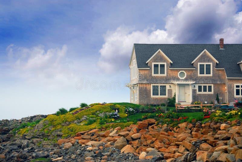 Casa na costa do oceano fotografia de stock royalty free