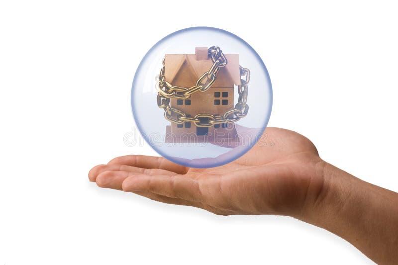 Casa na esfera de cristal   fotos de stock