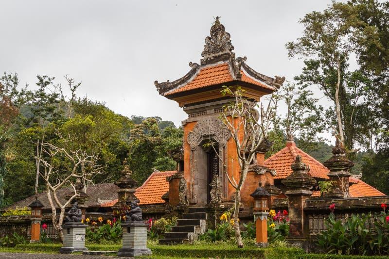 Casa na ilha de Bali perto do jardim botânico imagens de stock