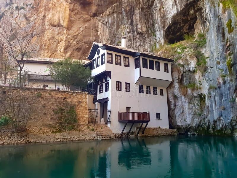 Casa na margem, no Buna, na Bósnia e na Herzegovina fotografia de stock