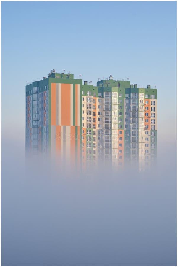 Casa na névoa no amanhecer imagens de stock