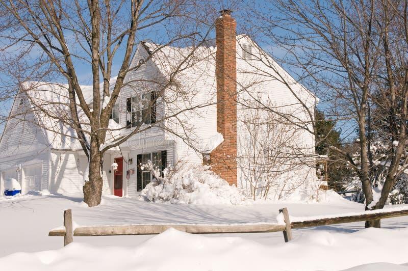Casa na neve profunda do inverno fotografia de stock