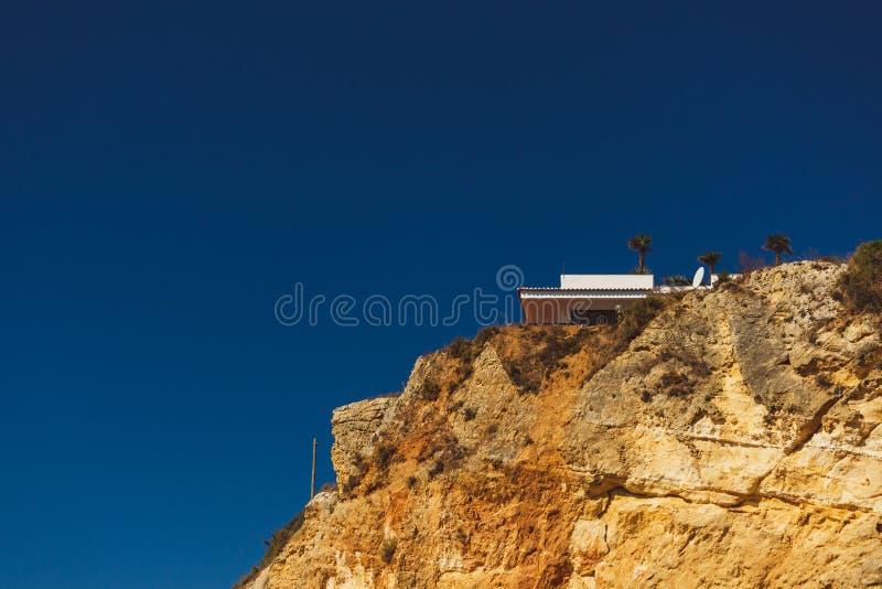 Casa na parte superior de um penhasco perto da praia D Ana Lagos Portugal foto de stock