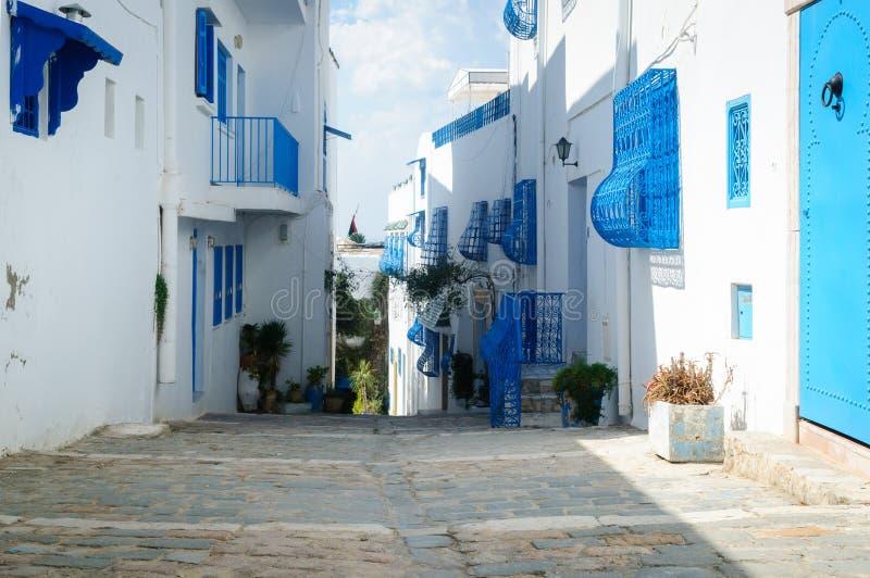 A casa na rua nas cores azuis e brancas típicas de Sidi Bou Said foto de stock royalty free