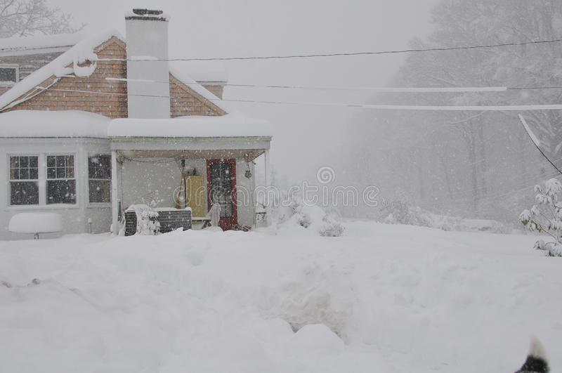 Casa na tempestade da neve fotos de stock