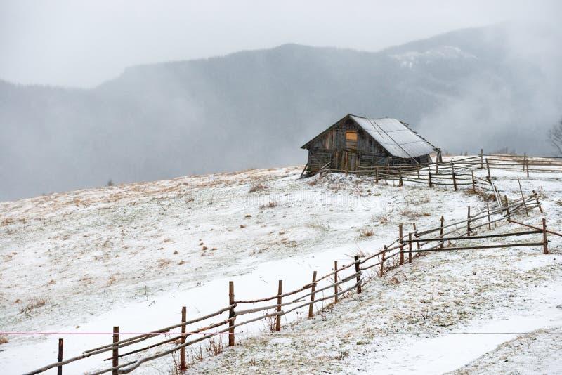 Casa nas montanhas brancas do inverno fotografia de stock royalty free