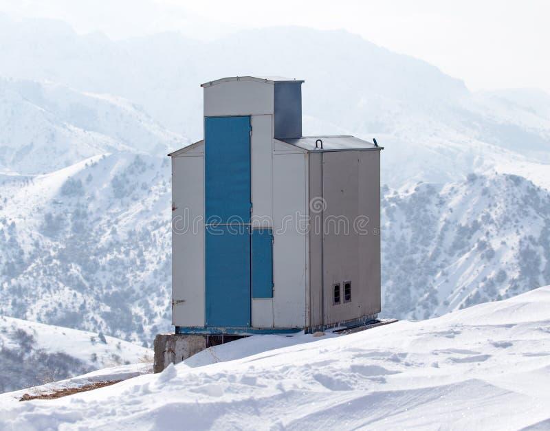 Casa nas montanhas nevado no inverno fotografia de stock royalty free