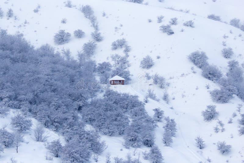 Casa nas montanhas no inverno imagem de stock