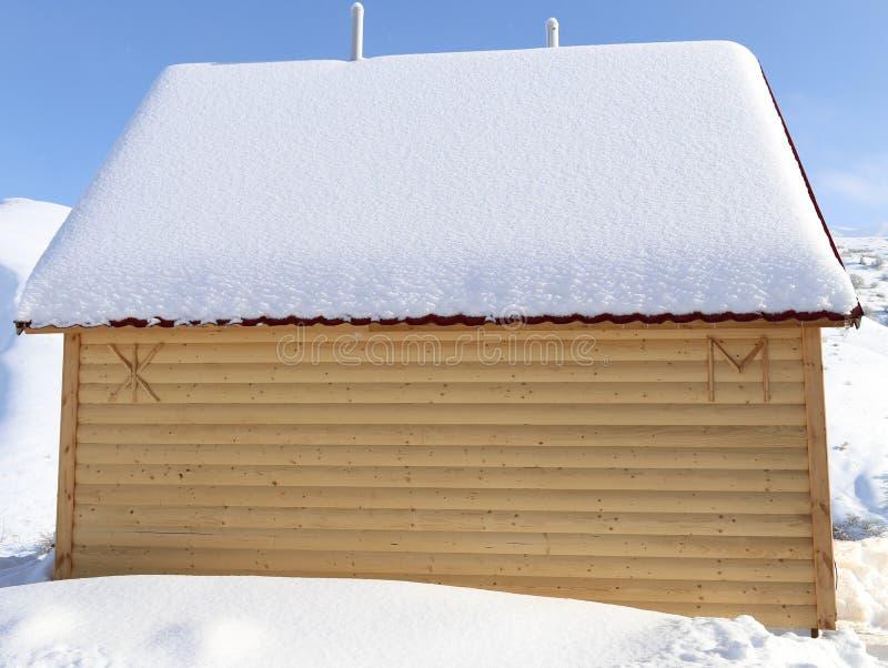 Casa nas montanhas no inverno fotografia de stock royalty free