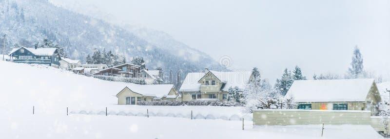 Casa nas montanhas no inverno foto de stock