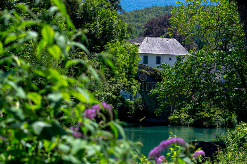 Casa nascosta dal fiume fotografie stock libere da diritti