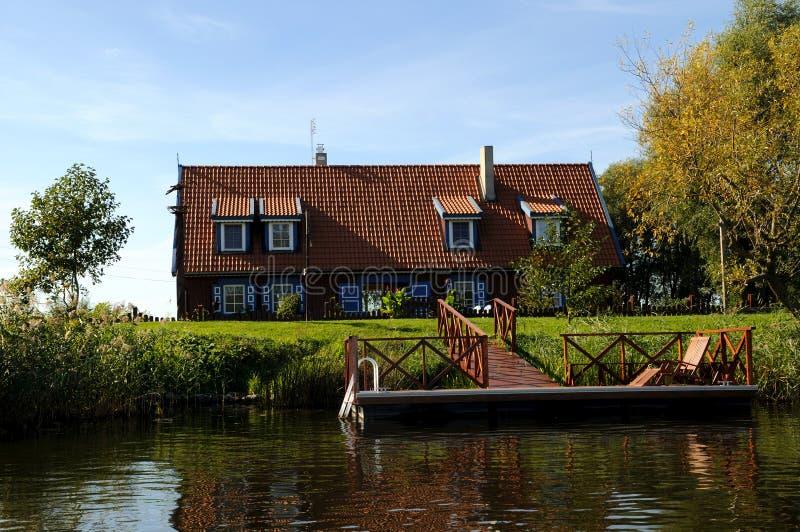 Casa no beira-rio de Minge fotografia de stock royalty free