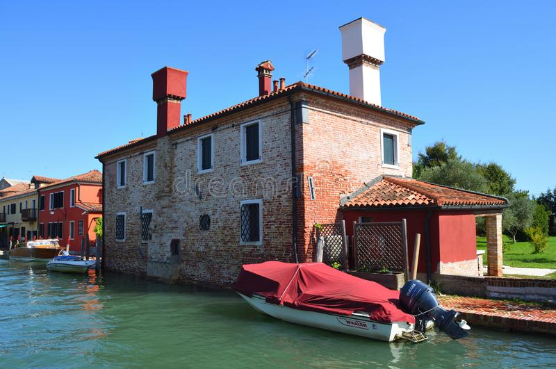 Casa no canal Torcello Veneza com barco imagens de stock