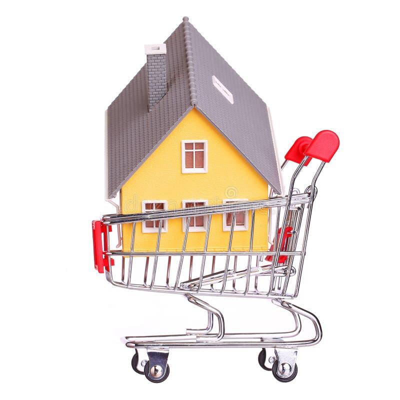 Casa no carrinho de compras isolado imagem de stock