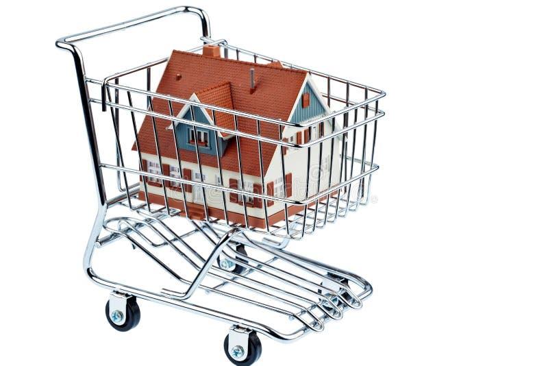 Casa no carro de compra imagem de stock royalty free