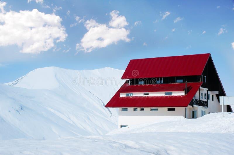 Casa no dia de inverno ensolarado brilhante fotos de stock royalty free