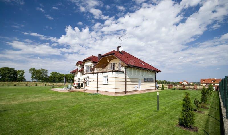 Casa no gramado verde fotografia de stock