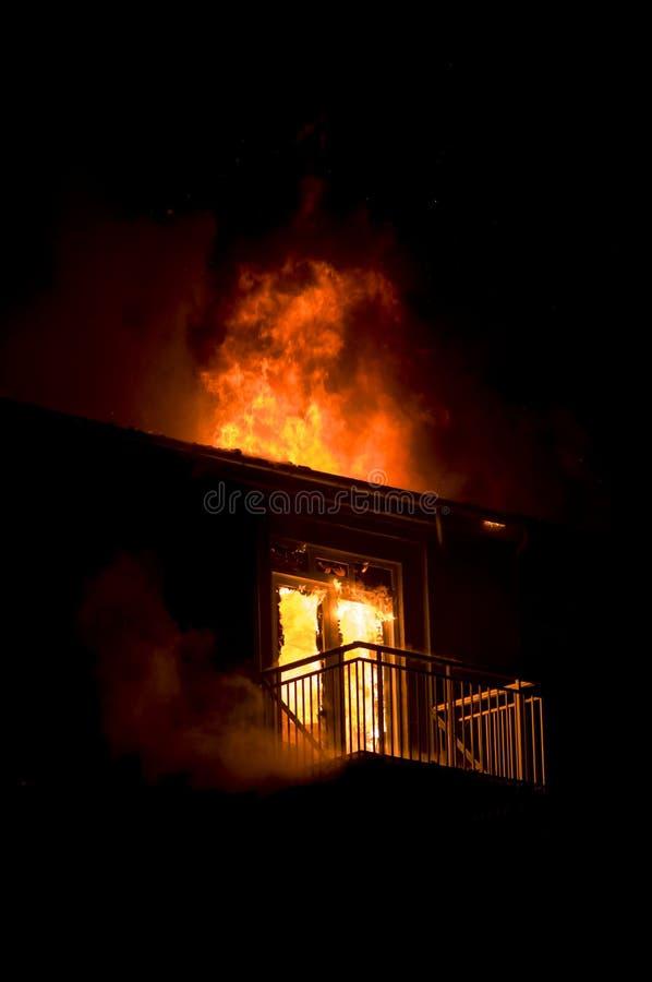 Casa no incêndio fotos de stock