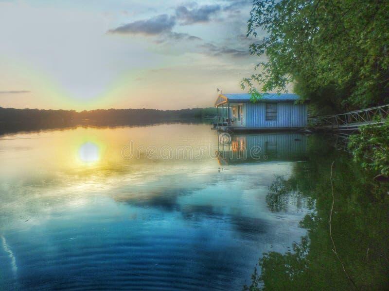 Casa no lago fotografia de stock royalty free